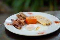 Завтрак - бекон, яичка, сосиска, томат и банан Стоковая Фотография RF