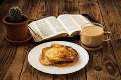 Завтрак библии и кофе с здравицей стоковая фотография rf