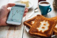 Завтрак бизнесмена с кофе и телефоном Стоковые Фото