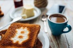 Завтрак бизнесмена с кофе и телефоном Стоковые Изображения