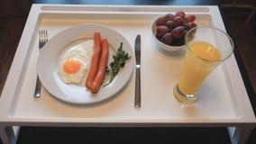 Завтрак взбитых яя с сосисками, сок таблицы, плодоовощ Стоковая Фотография