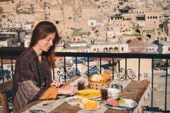 Завтрак вкуса женщины традиционный турецкий в Cappadocia Стоковое фото RF
