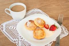 Завтрак вкусных круглых блинчиков с fragr творога Стоковые Фото