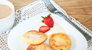 Завтрак вкусных круглых блинчиков с fragr творога Стоковая Фотография