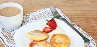 Завтрак вкусных круглых блинчиков с fragr творога Стоковое Фото