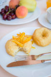 Завтрак включая donuts с candied оранжевым вареньем Стоковая Фотография RF