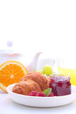 Завтрак выходных: круассаны, плодоовощ и апельсин Стоковые Изображения