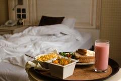 Завтрак в кровати в гостиничном номере аккомпанименты стоковое изображение rf