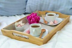 Завтрак в кровати для 2 Деревянный поднос с кофе, macaroons и Bizet стоковое изображение
