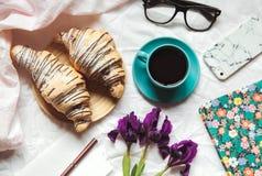 Завтрак в кровати Утро, круассан, кофе, цветки и тетрадь с ручкой запланирование стоковые изображения rf