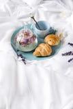 Завтрак в кровати Стоковые Фото