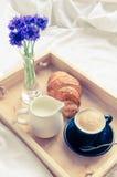 Завтрак в кровати Стоковые Фотографии RF