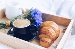 Завтрак в кровати Стоковая Фотография