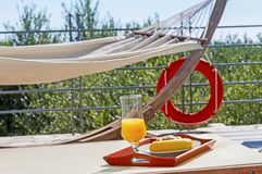 Завтрак в poolside стоковое изображение