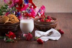 Завтрак домодельного творога с клубникой, стекло молока и пук мака цветут Романтичное настроение стоковые изображения