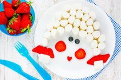 Завтрак десерта стороны девушки или закуска для детей - зефир w стоковое фото rf