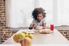завтрак есть девушку немного стоковая фотография rf