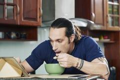 завтрак есть человека стоковая фотография