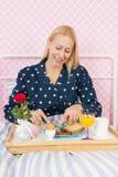 Завтрак женщины на кровати Стоковая Фотография RF