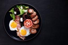 Завтрак, зажаренные в духовке яйца, сосиска и салат стоковое изображение rf