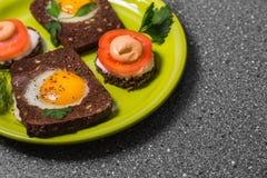 Завтрак - здравица с томатом обрабатываемого сыра, яичницами, яичницами, на серой предпосылке Стоковые Изображения
