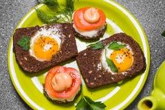 Завтрак - здравица с томатом, яичницами, яичницами, чайником и чашкой чаю обрабатываемого сыра на серой предпосылке Стоковая Фотография RF