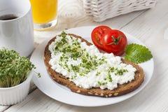 Завтрак здорового лета весны низко- тучный стоковые изображения
