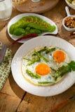 Завтрак или таблица завтрак-обеда заполненная со всеми видами очень вкусного delicatesse стоковые фото