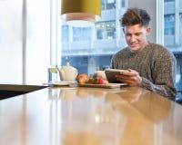 завтрак имея детенышей человека Стоковое Изображение RF