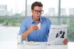 Завтрак и новости стоковые изображения