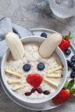Завтрак каши кролика зайчика пасхи, искусство еды для детей Стоковое фото RF