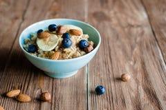 Завтрак каши овса с гайками и ягодами Стоковые Изображения RF