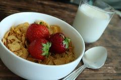 Завтрак клубники хлопьев Стоковая Фотография