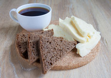 Завтрак: козий сыр и чашка кофе и куски хлеба рож Куски творога на бежевой предпосылке Стоковая Фотография
