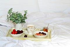 завтрак кровати здоровый Стоковые Фото