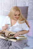 завтрак кровати имеет женщину Стоковое Фото