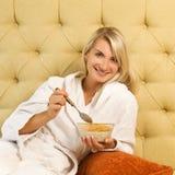 завтрак кровати имеет женщину Стоковое фото RF