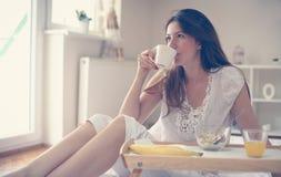завтрак кровати имея детенышей женщины Стоковые Изображения