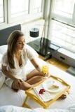 завтрак кровати имея детенышей женщины Стоковое фото RF