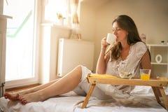 завтрак кровати имея детенышей женщины Стоковая Фотография