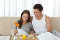 завтрак кровати имея женщину Стоковое фото RF