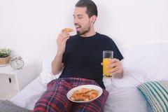 завтрак кровати имея человека Стоковое Изображение
