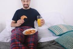 завтрак кровати имея человека Стоковое Изображение RF