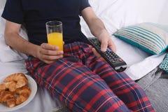 завтрак кровати имея человека Стоковые Изображения RF