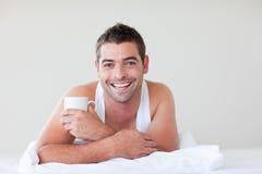 завтрак кровати имея человека Стоковая Фотография