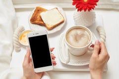 Завтрак кровати коммерсантки Стоковые Фото