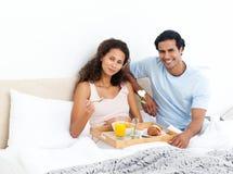завтрак кровати милый имеющ женщину Стоковое фото RF