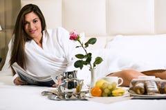 завтрак кровати ослабляя женщину стоковые изображения