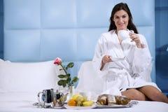 завтрак кровати ослабляя женщину Стоковые Фото