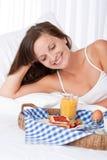 завтрак кровати счастливый имеющ белую женщину Стоковая Фотография